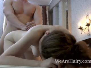 Волосатая девушка трахается с партнером