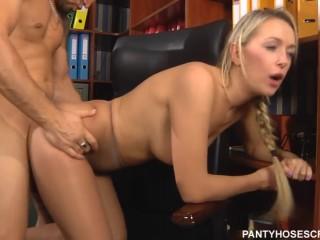 Русское порно-видео с секретаршей-блондинкой в офисе