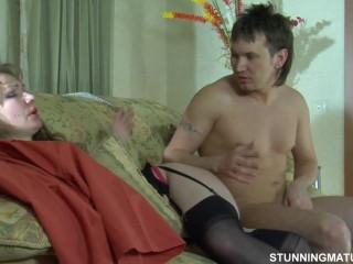 Молодой мужик сосет киску и трахается с женщиной