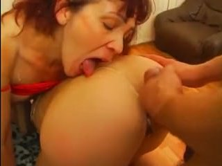 В порно мужик и две бабы трахаются на диване и играются с самотыком
