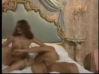 Двое парней трахают молодую мамашу устраивая ей двойное проникновение