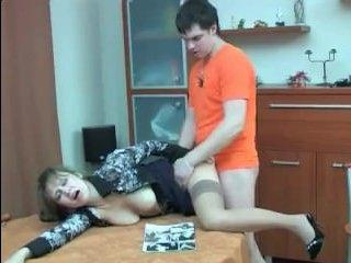 Русский сын сочно трахает маму в жопу