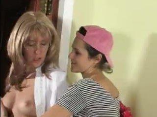 Зрелая лесбиянка соблазняет молодую девушку, становясь перед ней раком