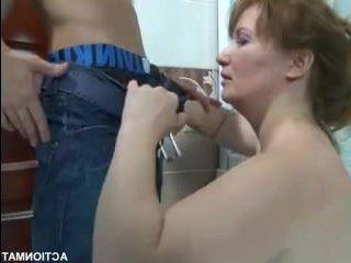 Интересное русское порно: парень трахается со зрелой женщиной в ванной
