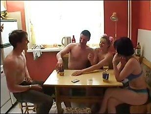 Секс русских свингеров в домашней обстановке за столом