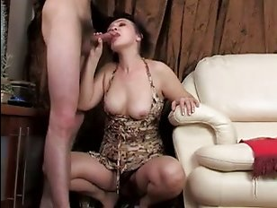 Порно онлайн со зрелой на диване с окончанием в рот