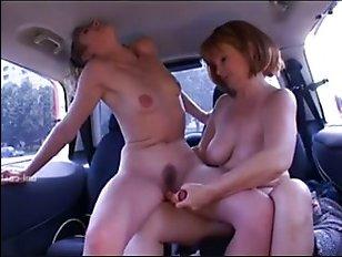 Мама и дочь подрочили друг дружке в машине