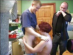 Русская порнушка, в которой молодые парни присунули зрелой