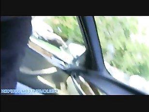 Русская сосет в машине и трахается с мужчиной