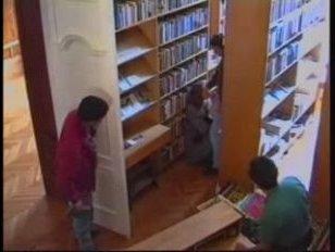 В библиотеке молодую девушку ебут толпой и кончают на нее