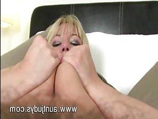 Женщина занимается сексом про мастурбацию