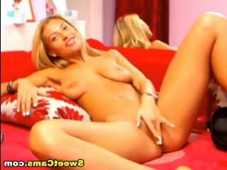 Блондинка мастурбирует пизду перед вебкамерой