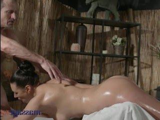 Горячая сучка сделала массаж хуя массажисту и отдалась прямо перед камерой