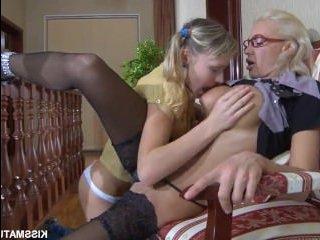 Красивый секс блондинок лесбиянок: мама наказывает дочь