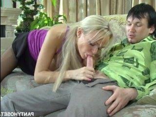 Мать-блондинка отсосала член сыну, а потом потрахалась с ним на диване