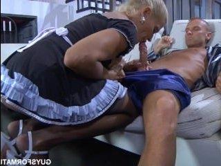 Немолодая русская блондинка сосет член мажору