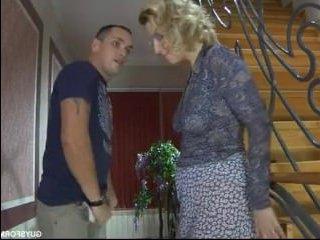 Блондинка миньет делает и трахается с парнем