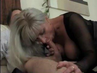 Мама в чулках и сын страстно ебутся на диване