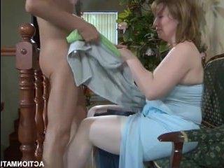 Секс ролики: зрелая женщина трахается с молодым парнем