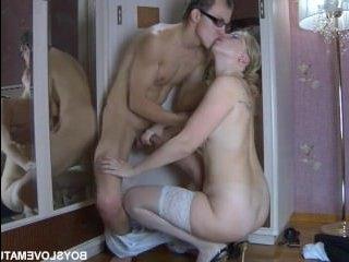Секси блондинка сосет большой член и стонет от него