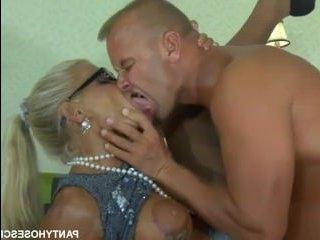 В порно зрелая блондинка: оральный секс ее заводит