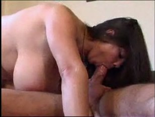 Маленькая девушка с большими сиськами трахается с подтянутым парнем