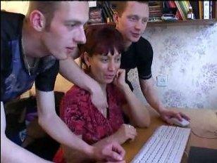 Секс голой зрелой женщины с двумя молодыми парнями