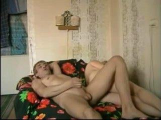 Домашнее порно видео: зрелая женщина записала на видео трах со своим мужем
