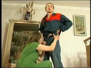Грузчик трахает русскую зрелую даму прямо у нее дома
