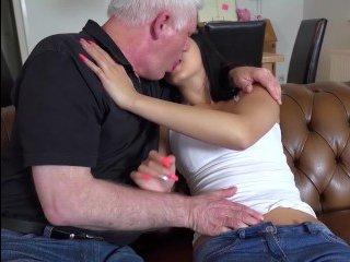 Молодая брюнетка отдалась деду своей подружки
