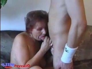 Молодая мама трахается со своим сыном и отсасывает его член