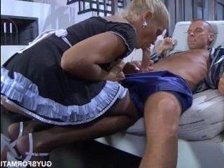 Молодой хозяин устроил с блондинкой домработницей секс, засадив ей в анал