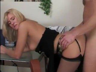 Молодой любовник ебет зрелую блондинку на кухонном столе