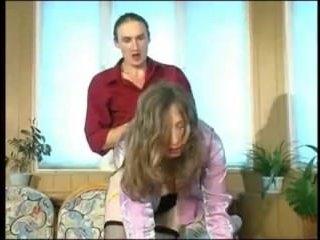 Порно-ролик: зрелая блондинка сосет член мужику на работе
