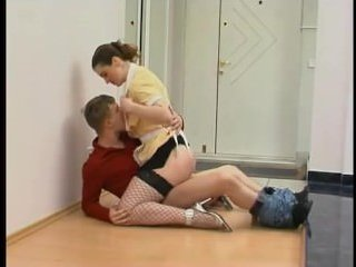 Секс с молоденькой горничной в коридоре на полу