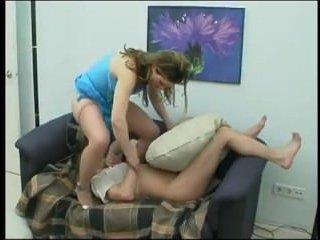 Возбужденный брат жадно трахает сестру на диване