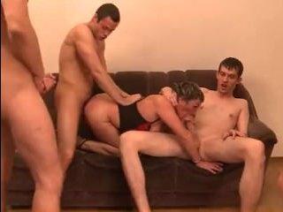 Порно видео молодых: групповуха с телкой, которая испробовала четыре члена