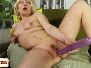 Разные секс игрушки в толстой зрелой пизде доставляют удовольствие