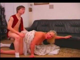 Зрелая дама сосет молодому парню и трахается с ним
