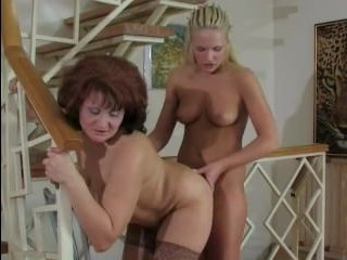 Две лесбиянки ебут друг друга самотыком у лестницы