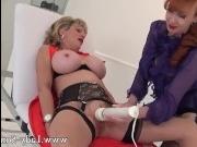Лесбиянка трахает подругу язычком и вибратором