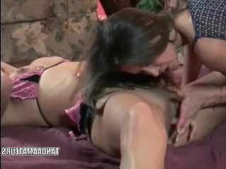 Зрелая лесбиянка соблазнила молодую девушку на секс