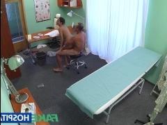 Скрытая камера сняла, как доктор трахнул девушку в пизду