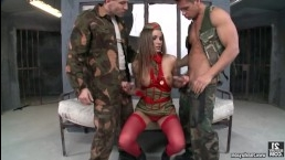 Брюнетка анал подставила двум заключенным и была жарко выебана