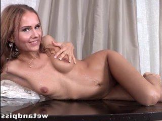 Отличное порно с брюнеткой, делающей много раз писсинг