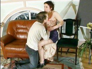 Женщина на работе трахается со случайным знакомым