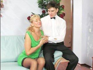 Зрелая дама удовлетворяет официанта пиздой