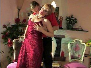 Зрелая красивая блондинка в гостях у парня получила еблю