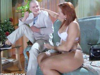 Порно видео русской молодой мамы с сыном в гостиной