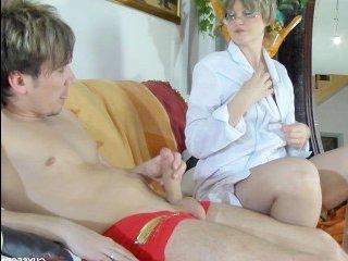 Зрелая блондинка с короткой стрижкой помогла дрочившему парню кончить